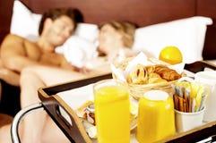 Svegliamo con l'innamorato in buona salute della prima colazione Immagini Stock Libere da Diritti