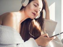 Sveglio, giovane donna che ascolta la musica immagini stock