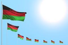 Sveglio molte bandiere del Malawi hanno disposto diagonale su cielo blu con spazio per testo - tutta l'illustrazione della bandie illustrazione di stock