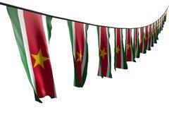 Sveglio molte bandiere o insegne del Surinam appende la diagonale con la vista di prospettiva sulla corda isolata su bianco- tutt royalty illustrazione gratis