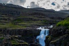 Sveinsstekksfoss-Wasserfall, Ostfjorde Island lizenzfreie stockbilder