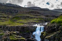 Sveinsstekksfosswaterval, landschapsmening in Oostelijk IJsland stock fotografie