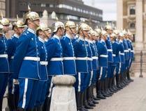 Svensk kunglig Guard på den kungliga slottfyrkanten royaltyfri bild