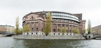 Svensk Parlament byggnad som lokaliseras på Helgeansholmen i mitten av Stockholm Arkivbilder
