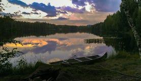 Svensk sjö med solnedgång Arkivfoton