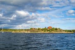 Svensk skärgårdpanorama i vårsäsong Arkivfoton