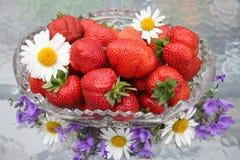 Svensk solståndefterrätt - söta jordgubbar Arkivfoton