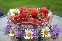 Svensk solståndefterrätt - söta jordgubbar Arkivfoto