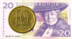 svensk sp?nn 10 mot sedel f?r svensk krona 20 arkivfoto