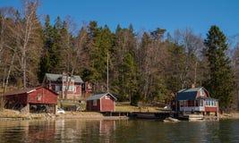 Svensk stuga nära havet Arkivbild