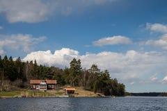 Svensk stuga nära havet Arkivfoto