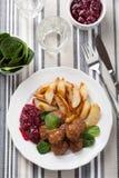 Svenska meatballs med potatisar och lingondriftstopp Arkivfoton