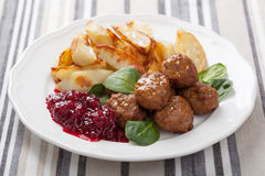 Svenska meatballs med potatisar och lingondriftstopp Fotografering för Bildbyråer