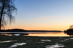 Svensken landskap med bryggan och vatten Arkivfoto