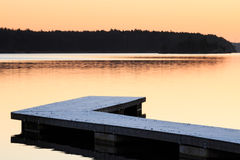 Svensken landskap med bryggan och vatten arkivbild
