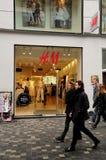 SVENSKEN SÄLJA I MINUT H&M-LAGRET arkivbilder
