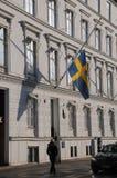 SVENSKFLAGGA PÅ DEN HALVA MAST_SWEDISH-AMBASSADEN Arkivbilder
