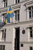 SVENSKFLAGGA PÅ DEN HALVA MAST_SWEDISH-AMBASSADEN Royaltyfri Bild