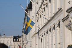 SVENSKFLAGGA PÅ DEN HALVA MAST_SWEDISH-AMBASSADEN Royaltyfri Fotografi