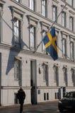 SVENSKFLAGGA PÅ DEN HALVA MAST_SWEDISH-AMBASSADEN Royaltyfria Bilder