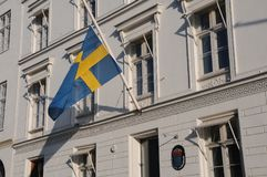 SVENSKFLAGGA PÅ DEN HALVA MAST_SWEDISH-AMBASSADEN Fotografering för Bildbyråer
