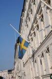SVENSKFLAGGA PÅ DEN HALVA MAST_SWEDISH-AMBASSADEN Royaltyfri Foto