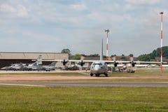Svenskt flygplan för flygvapenFlygvapnet Lockheed C-130H Hercules militärt transport Arkivbilder
