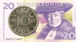 svenskt mynt f?r oere 10 mot sedel f?r svensk krona 20 royaltyfria foton