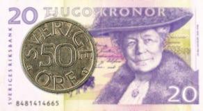 svenskt mynt f?r oere 50 mot sedel f?r svensk krona 20 royaltyfri fotografi