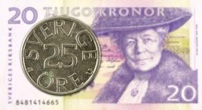 svenskt mynt f?r oere 25 mot sedel f?r svensk krona 20 royaltyfri foto