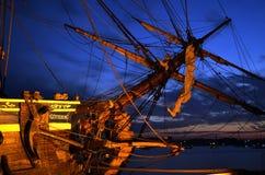 """Svenskt seglingskepp """"Götheborg"""" i port på natten. Arkivbilder"""