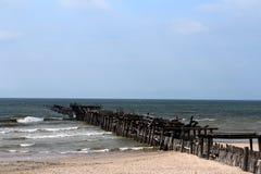 Sventoji-Strand-Pier Ruin Small Waves Blue-Himmel Lizenzfreies Stockbild