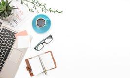 Svepa överkanten, anmärkningen och kaffe på den vita bästa sikten Affären anmärker tom utrymmebakgrund arkivbild