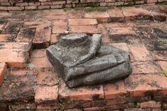 Svepa delen av stenBuddha, fördärvar så och forntida på tegelstengolv på den Wat Worachet templet fotografering för bildbyråer