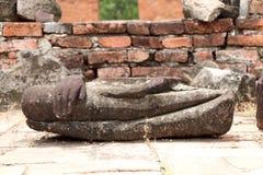 Svepa delen av stenBuddha, fördärvar så och forntida på tegelstengolv på den Wat Worachet templet royaltyfria bilder