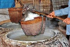 Svepa kristalliserat salt från kokt saltvattens- till torkat royaltyfria foton