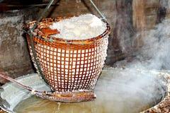 Svepa kristalliserat salt från kokt saltvattens- till torkat royaltyfri bild