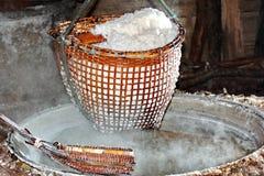 Svepa kristalliserat salt från kokt saltvattens- till torkat royaltyfri fotografi