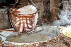 Svepa kristalliserat salt från kokt saltvattens- till torkat fotografering för bildbyråer