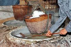 Svepa kristalliserat salt från kokt saltvattens- till torkat royaltyfri foto