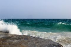 Svepa på kusten av vågorna med skum arkivfoto