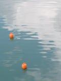 Svepa vågor, det beautful havet och apelsinboj royaltyfri foto