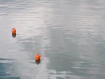 Svepa vågor och apelsinboj arkivbild