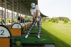 Svepande boll för man på golfbana Royaltyfri Foto