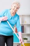 Svepande golv för äldre kvinna Arkivbild