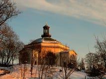 Sverige - vinter Stockholm - utmärkt sikt på kyrkan på kullen på solnedgången fotografering för bildbyråer