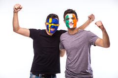Sverige vs Republiken Irland på vit bakgrund Fotbollsfan av landslag firar, dansar och skriker Arkivbild