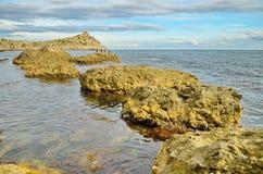 海角和大岩石在海湾与美丽的多云天空在黑海在克里米亚,诺维Svet 免版税图库摄影