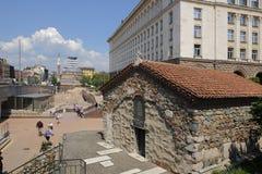 Sveta佩特卡Samardjiiska教会在独立广场和Mosq 库存照片