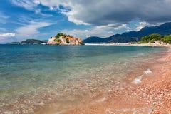 Sveti斯蒂芬、小小岛和旅馆在黑山依靠 免版税图库摄影